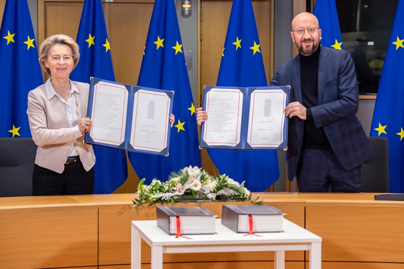 Firma dell'accordo UE-UK da parte di U. Von Der Leyen e C. Michel